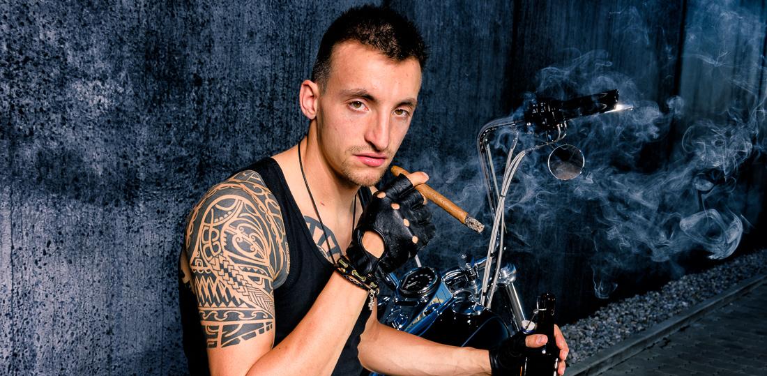 Portrait Outdoor Fotoshooting Mann mit Zigarre